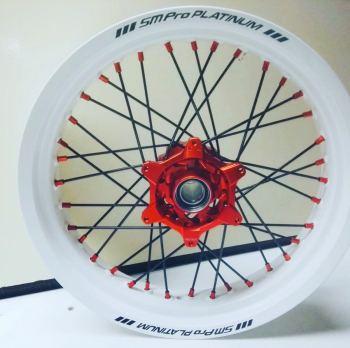 Witte velg met oranje naaf en nippels van SMPro voor de KTM EXC en SMR Supermoto