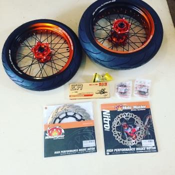 KTM EXC Supermoto wielen half oranje half zwart met motomaster schijven